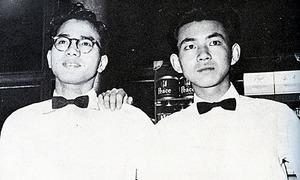 早大の学生時代、アルバイトをしていた羽田空港で写真に納まる五木寛之さん(右)=本人提供