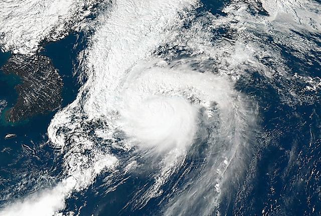 ひまわり8号が撮影した上陸直後の台風21号=4日午後2時、情報通信研究機構提供