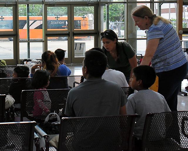 移民らに話しかけるカバソスさん(右奥2人目)ら=8月21日、鵜飼啓撮影