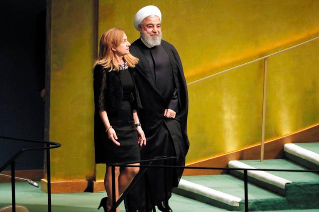 南アフリカで人種隔離政策を廃止に導いた故ネルソン・マンデラ元大統領の生誕100年を記念し、24日に国連で開かれた平和サミットで演壇に向かうイランのロハニ大統領(右)=AP