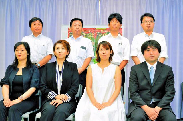 (前列左から)籔川直子、味岡真紀子、坪内由佳子、金正奉。後列は参加4ホールの代表者=2018年7月18日、大阪市中央区