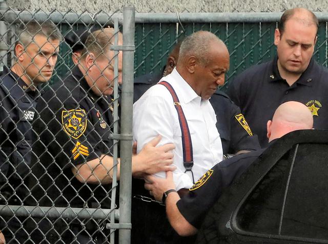 米ペンシルベニア州ノリスタウンで25日、刑期の言い渡しを受け、裁判所から連行されるコスビー被告=ロイター