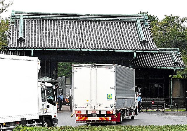 皇居に到着した高御座を積んだトラック=26日、皇居・乾門、長島一浩撮影