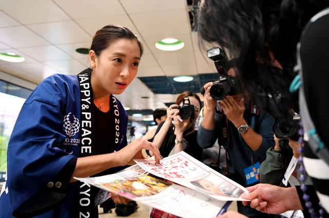 東京五輪のボランティア募集では元競泳選手の伊藤華英さんもリーフレットを配った=2018年9月26日午後1時14分、東京都新宿区、北村玲奈撮影