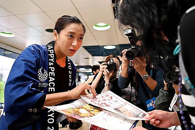 元競泳選手の伊藤華英さんもリーフレットを配った=26日午後、東京都新宿区、北村玲奈撮影
