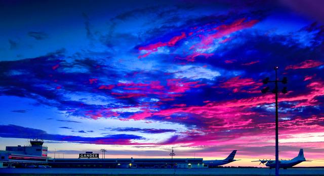 ガンダー国際空港の夜明け。空を覆っていた雲が赤く染まっていった=カナダ北東部ニューファンドランド島