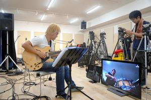 きっかけは「松本人志さん」 24時間、ギターを弾く男