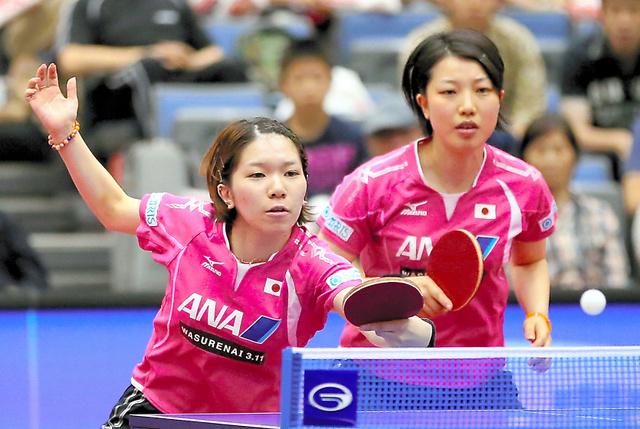 ジャパンオープン荻村杯ダブルスで優勝した若宮さん(左)。この大会後に熱が出た=2012年6月