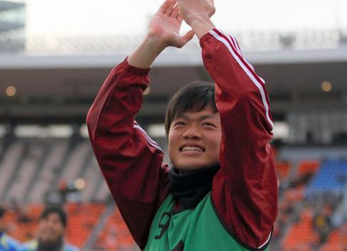 全日本大学サッカー選手権で早稲田大が優勝し、スタンドにあいさつする畑尾大翔さん=2013年1月、早稲田スポーツ新聞会提供