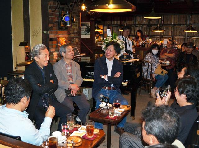 「不思議な人だった」。ジャズ喫茶「ベイシー」で、店主の菅原正二さんが企画した「賢ちゃんを偲ぶ会」は爆笑エピソードの連続だった=2018年9月30日、岩手県一関市