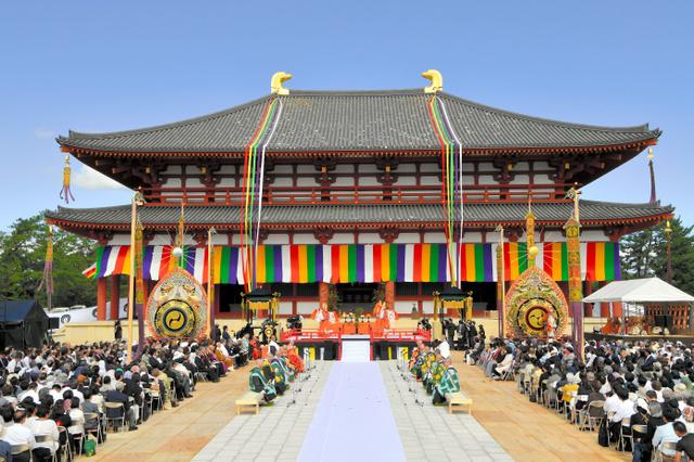 中金堂再建落慶法要では、舞楽などが披露され、大勢の人たちが訪れた=2018年10月7日午前、奈良市の興福寺、小川智撮影