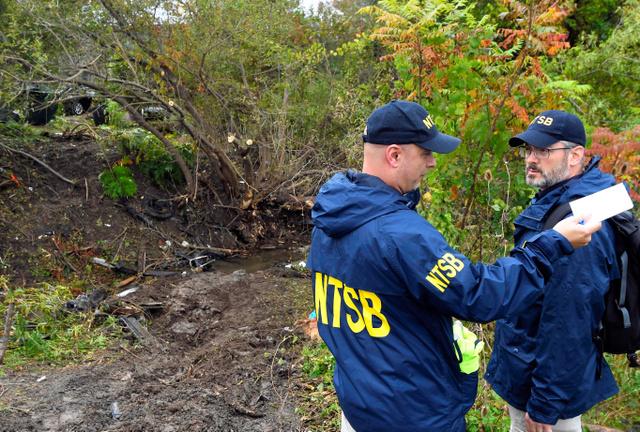 米ニューヨーク州ショーハリーで7日、リムジンの事故現場を調べる係官=AP