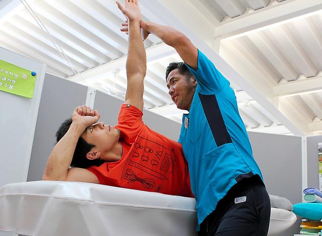 理学療法士の鈴木智さん(右)とともにリハビリに取り組む杉本怜さん=9月、千葉県船橋市