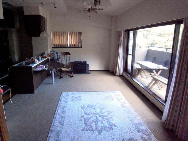 最低価格275万円でオークションに出された箱根のリゾートマンションの部屋。窓から山々を見渡せる