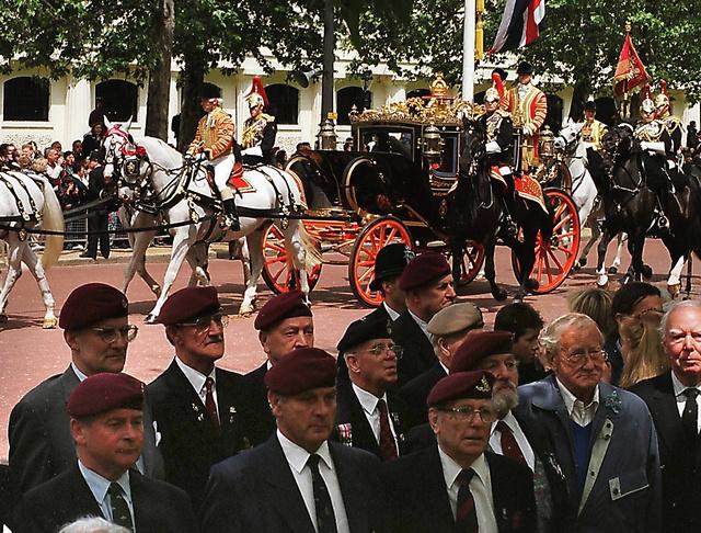 パレードの沿道で馬車列に背を向けブーイングをして抗議する元日本軍捕虜の英国人たち=1998年5月26日、ロンドン市内