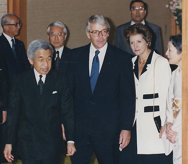 天皇、皇后両陛下に昼食に招かれた英国のメージャー首相夫妻=1993年9月21日、東京・皇居