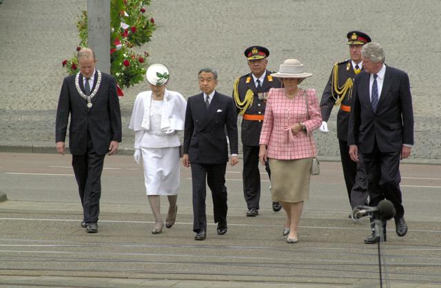 戦没者記念碑に向かうベアトリックス女王と天皇、皇后両陛下=2000年5月23日、オランダ・アムステルダムのダム広場