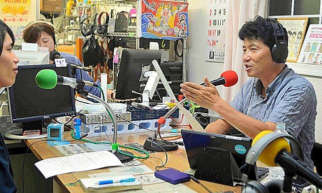女川さいがいFMは閉局後、「OnagawaFM」として再出発し、東北放送(仙台)とのタイアップでラジオ番組を制作。佐藤敏郎さん(右)がパーソナリティーを続けている=宮城県女川町