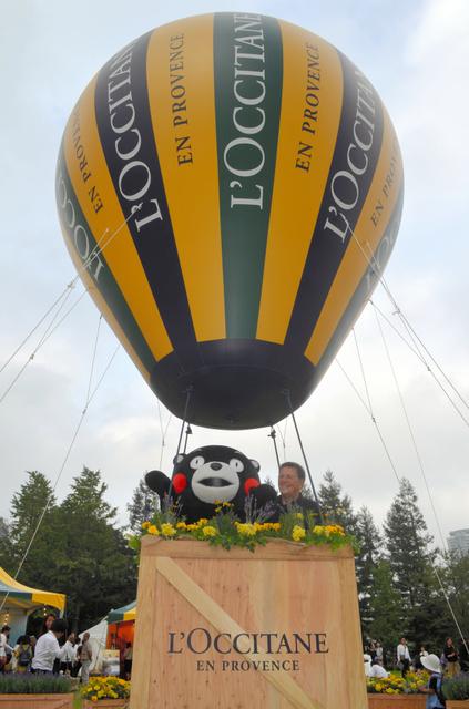 東京ミッドタウンで、ロクシタンの創設者、オリビエ・ボーサン氏(右)と気球に乗るくまモン=2018年10月11日午後2時59分、東京都港区、平井隆介撮影