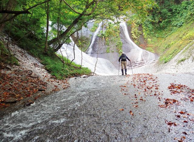 一枚岩の表面を水が薄く流れるナメ滝を登っていくと、正面に五郎七郎滝が見えてきた