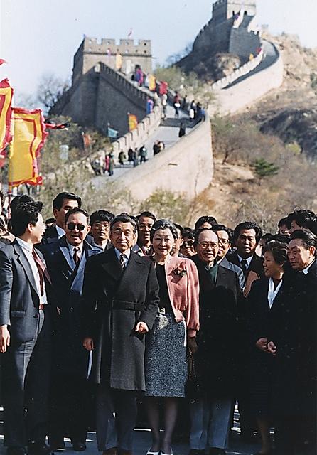 万里の長城「八達嶺」を視察する天皇、皇后両陛下=1992年10月24日、北京市郊外