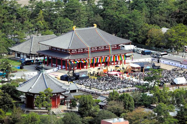 落慶法要が営まれた興福寺中金堂。左手前は南円堂=10月7日午前、奈良市、朝日新聞社ヘリから、矢木隆晴撮影