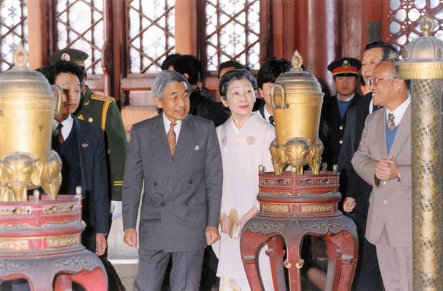 故宮博物院を視察する天皇、皇后両陛下=1992年10月25日、北京市