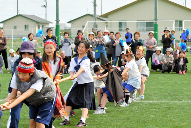 綱引きをするなみえ創成小・中学校の子どもたち。運動会には多くの地域住民も参加し、声援を送った=2018年10月13日午前10時30分、福島県浪江町、福留庸友撮影
