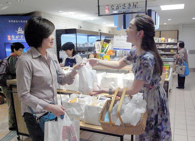 開店した長崎県商工会のアンテナショップで、買い物客にカステラが配られた=2018年10月13日、さいたま市の高島屋大宮店
