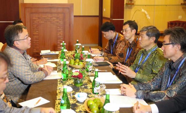 インドネシア・スラウェシ島の復興支援について話し合う国家開発企画庁のバンバン長官(左)と国際協力機構の北岡伸一理事長(右から2人目)ら=14日午後1時37分、バリ島、野上英文撮影