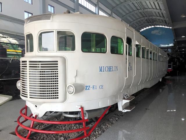 フランスのタイヤメーカー・ミシュランが製造したディーゼル車。ゴムタイヤを装備する。20世紀前半、雲南省とベトナムを結ぶ鉄路を旅客列車として走った。43席を備え、時速100キロで走れたと記録されている=2017年6月7日、雲南鉄路博物館、吉岡桂子撮影
