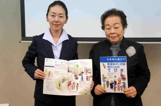 「てびき」をつくった女性部会の黒住昭子さん(左)と森脇友紀子部会長