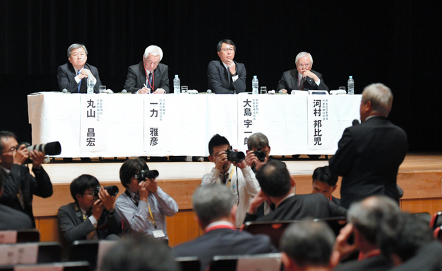 新聞大会のなかで開かれた研究座談会では、会場にいる各新聞社の社長らが意見を交わした=2018年10月16日午後、仙台市青葉区、福留庸友撮影