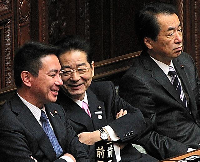衆院本会議で話し合う当時の前原誠司外相(左)と仙谷由人官房長官。右は菅直人首相=2010年10月19日午後、国会内