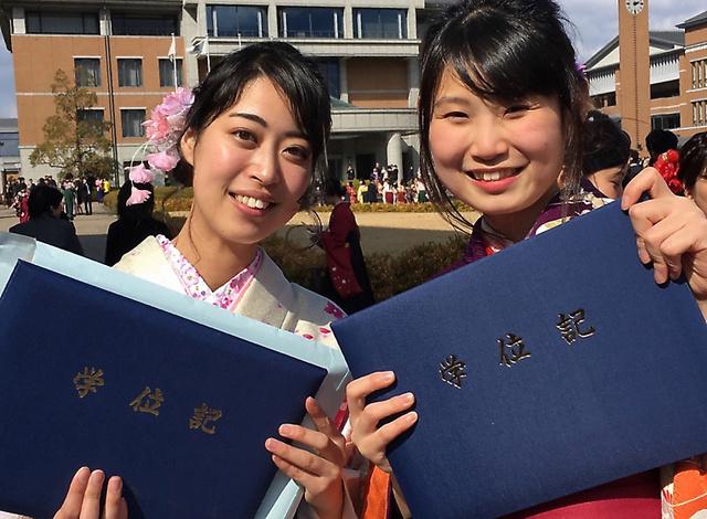 投稿を寄せた田中美奈さん(左)。大学の卒業式で友人と=2017年3月、本人提供
