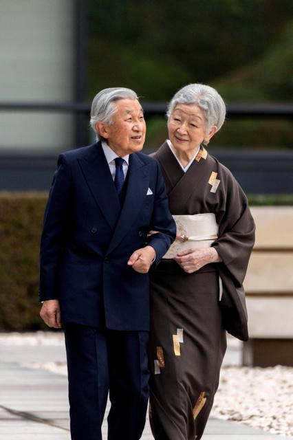 皇居・宮殿の中庭を散策する天皇陛下と皇后さま=2018年10月12日、宮内庁提供