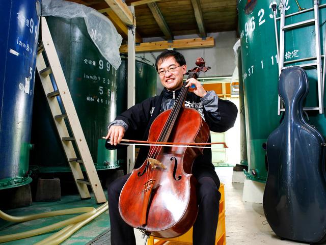 酒蔵でチェロを弾く久保順平さん。「この弓の動きが難しいんですわ」=2018年10月17日午後1時49分、奈良県宇陀市、槌谷綾二撮影