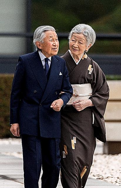 皇居・宮殿の中庭を散策する天皇陛下と皇后さま=12日、宮内庁提供