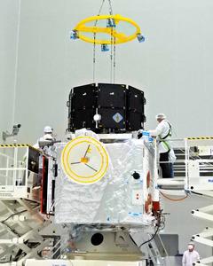 ギアナ宇宙センターで欧州の「MPO」と結合された「みお」(上部)。黒いカバーで覆われている(JAXA提供)