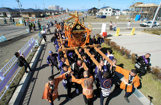かさ上げされた街を、秋の例大祭で神輿(みこし)が巡った=2018年10月21日、宮城県名取市閖上、池田良撮影