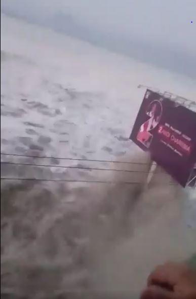 インドネシア中部スラウェシ島の地震で発生した津波の映像。国家防災庁(BNPB)の報道官は「出所不明だが映像は真実だ」と地元メディアに答えた=SNS上の動画から