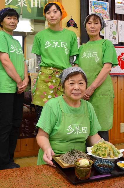 「多菜田」代表の五十嵐なつ子さん(手前)=長岡市山古志虫亀