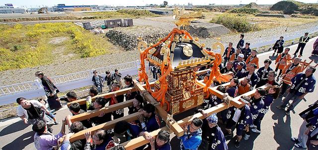 かさ上げされた街を、秋の例大祭で神輿が巡った=21日、宮城県名取市閖上、池田良撮影