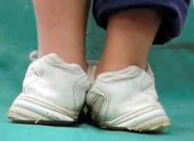 子ども靴、きちんと履かないと足...