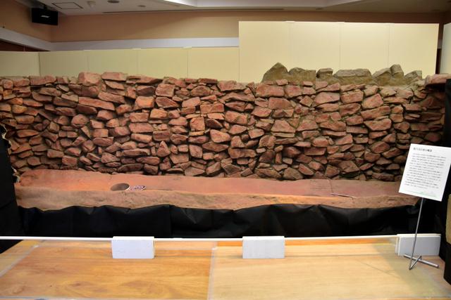 雪野山古墳の竪穴式石室を型取りし、実物大で再現したレプリカ=滋賀県東近江市の観峰館