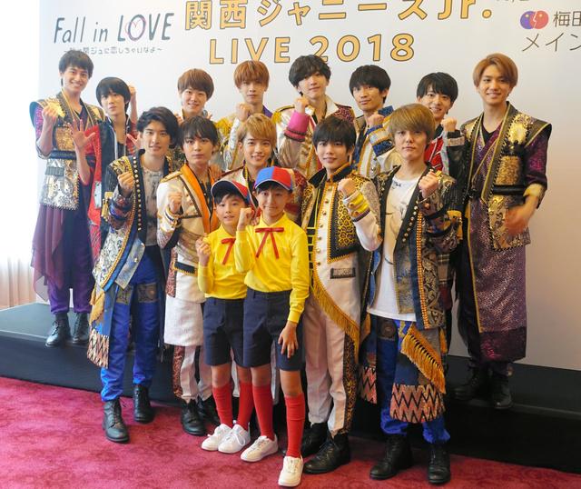 梅田芸術劇場での公演にのぞむ関西ジャニーズJr.のメンバー。白い衣装の中央7人が「なにわ男子」=大阪市北区