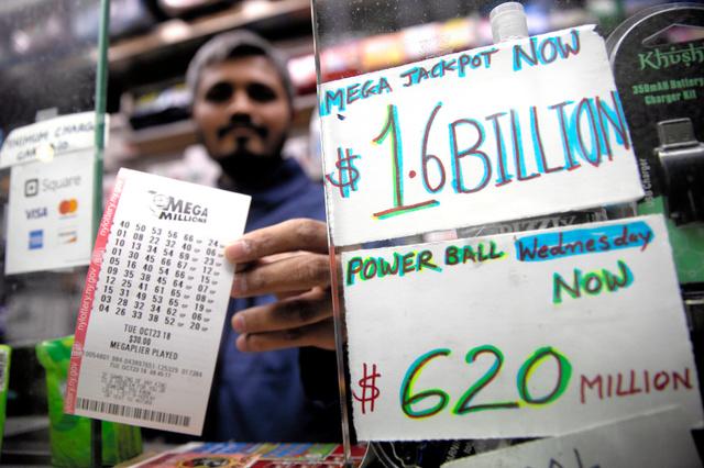 米ニューヨークで23日、宝くじ「メガミリオンズ」の大当たりが「16億ドル」とアピールする売店=ロイター