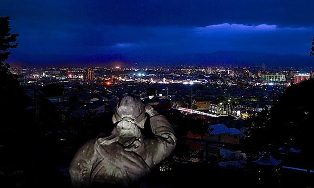 飯盛山の中腹にある白虎隊「自刃の地」から見える会津若松市街の夜景=福島県会津若松市