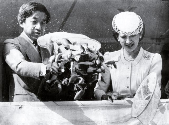 第1回全国豊かな海づくり大会に出席した皇太子ご夫妻時代の天皇、皇后両陛下。式典の後、船上から稚魚を放流した=1981年9月、大分県鶴見町(現・佐伯市)