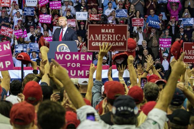 集会で演説するトランプ米大統領=テキサス州ヒューストン、ランハム裕子撮影
